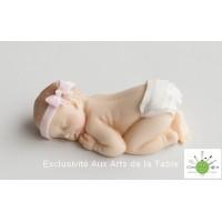 Bébé fille couchée