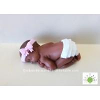 Bébé fille couchée - peau foncée