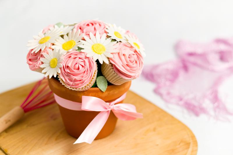 Bouquet de cupcakes décorés à la douille au look de fleurs.