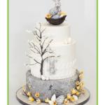 Gâteau de Pâques 3 étages avec lapins et œufs
