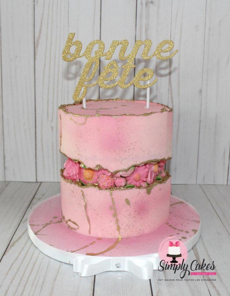 Gâteau Fault line par Simply Cakes avec une insertion de fleurs.