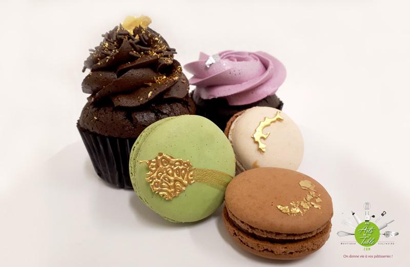 Cupcakes et macarons décorés de feuilles d'or et d'argent faits maison. Comment faire des feuilles d'or maison à moindre coût?