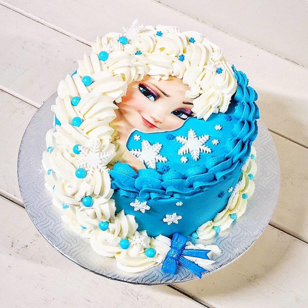 Gâteau de Elsa de la Reine des Neiges (Frozen) en crème au beurre.