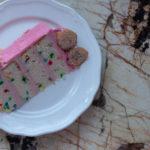 Comment faire un gâteau funfetti. Recette de gâteau à la vanille moelleux avec confettis.